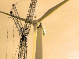 Zdjęcie wiatraka - na dżwigu jest jeszcze niezamontowana turbina wiatrowa