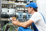 elektryk naprawiający instalację