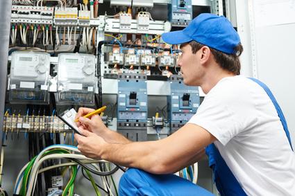 inkasent spisujący licznik energii elektrycznej