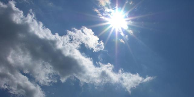 letnie słońce za chmurami