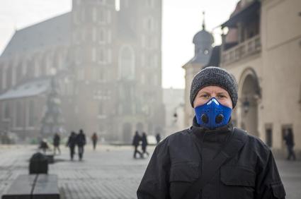 Kraków: mężczyzna w masce chroniącej przed smogiem