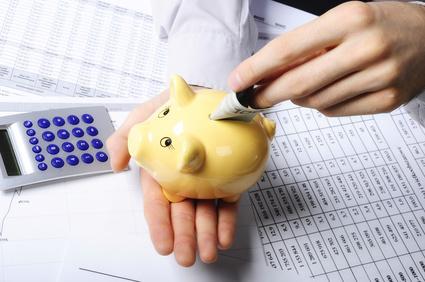 wkładanie oszczędności do świnki skarbonki