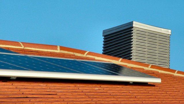 energetyka rozproszona - panele fotowoltaiczne na dachu