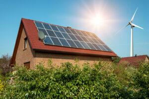 Paneł słoneczny na dachu domku jednorodzinnego