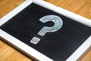 transakcja PGE pod znakiem zapytania - na tablicy narysowany kredą znak zapytania