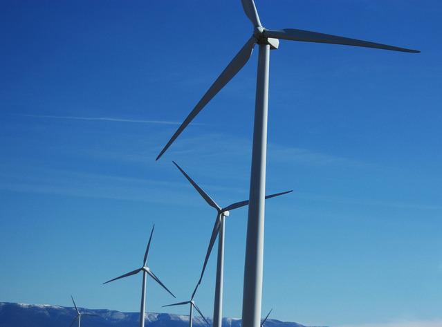 turbiny wiatraków na farmie wiatrowej