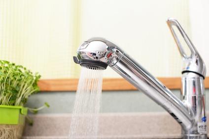 woda lecąca z kranu